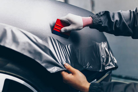 Wrapping vinyl on a car